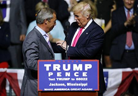 8月24日,英国脱殴领袖法拉奇来到美国,在支持川普的集会上发言。 (Jonathan Bachman/Getty Images)
