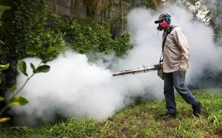 佛州迈阿密海滩居民区工作人员在喷洒灭蚊药。(Getty Images)