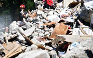 意大利中部24日發生6.2級強震,導致多座古城小鎮嚴重受損。圖為重災區阿馬特里切鎮,救難人員在現場搜救。 (Photo by Carl Court/Getty Images)