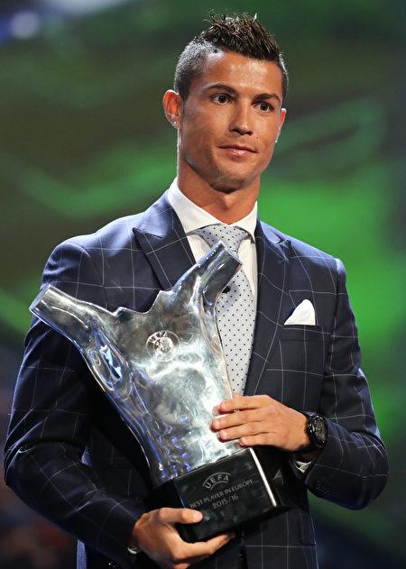 C罗获2016欧洲最佳球员奖肯定。(Photo credit should read VALERY HACHE/AFP/Getty Images)