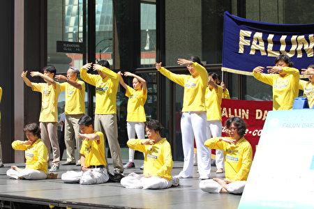 法轮功学员在戴利广场展示功法。(林冲/大纪元)