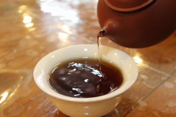 40多年四川老茯砖茶冲泡出来的琥珀色茶汤清亮而吸引人。(赖友容/大纪元)