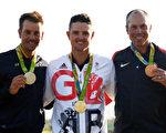 英國人羅斯(中)贏得112年來首枚奧運高爾夫球金牌。瑞典人斯滕森(左)獲得銀牌,美國名將庫查爾獲銅牌。 (Ross Kinnaird/Getty Images)