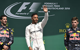 F1德国站,梅赛德斯车队的汉密尔顿(中)轻松夺冠,红牛车队的里卡多(左)和维斯塔潘分别获得第二和第三。 (THOMAS KIENZLE/AFP/Getty Images)