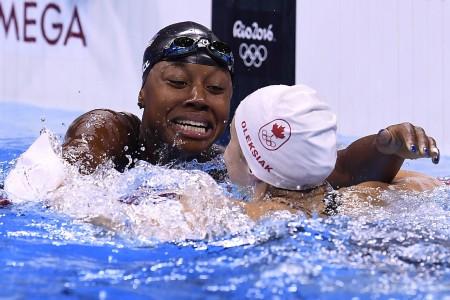 白人或亚洲人是奥运泳赛领奖台的常客,非裔则很少。20岁美国女将曼纽尔首次参加奥运,便与加拿大人奥莱西亚在女子100米自由泳中分享金牌。(AFP)