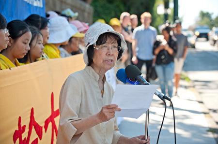 圖:溫哥華部分法輪功學員及民眾約百人8月12日中領館前集會,溫哥華法輪大法學會發言人張素在發言。(大宇/大紀元)