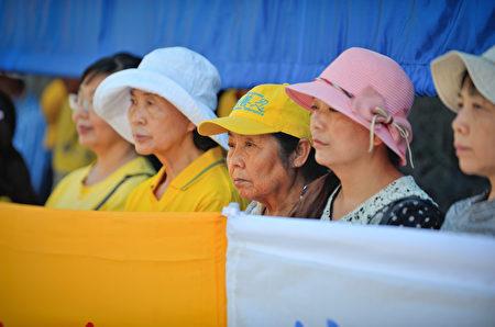 圖:溫哥華部分法輪功學員及民眾約百人8月12日中領館前集會,王志文被阻出境事件引關注。(大宇/大紀元)