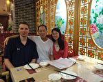 王晓丹(右)18岁离开父亲(中),18年后的2016年才与父亲在中国重逢,可是幸福是那么短暂。左一为王晓丹丈夫杰夫。(王晓丹提供/大纪元)