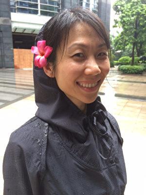 王曉丹十八年後首次與父親重逢,插上一朵小花,幸福溢於言表。(王曉丹提供/大紀元)