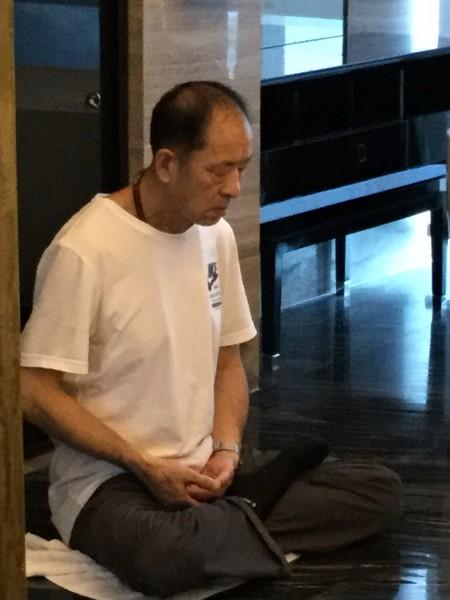 2016年8月6日護照被中共海關剪掉的那一天,王治文獨自打坐,女兒傷心落淚,感到父親在中國是那麼孤獨。(王曉丹提供/大紀元)