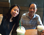 父女重逢,在广州,王晓丹(左)给父亲买了一杯自己最爱喝的咖啡。(王晓丹提供/大纪元)