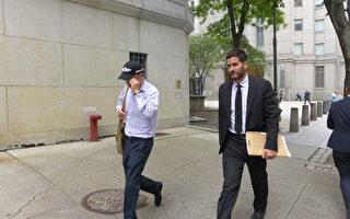 秦坤山(左)與代理律師匆匆離開法庭。(蔡溶/大紀元)