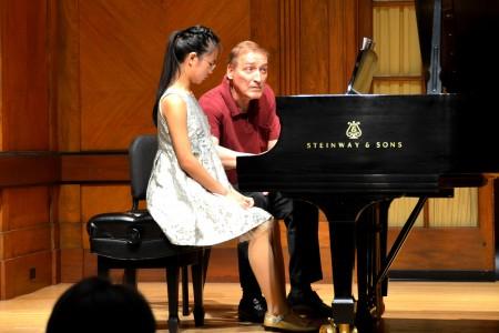 伊士曼音樂學院鋼琴系主任Douglas Humpherys在寇第斯音樂學院指導王春懿彈琴。(大紀元/良克霖)