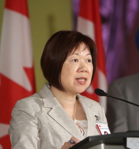 Queenie Choo 主持一个和联邦政府合作项目的新闻发布会。(大宇/大纪元)