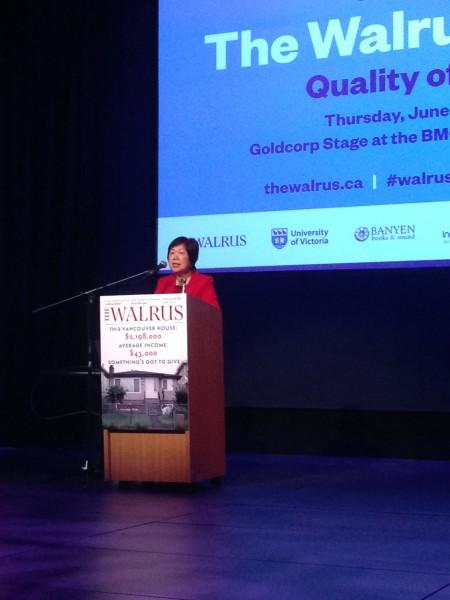图:Queenie Choo在Walrus杂志与维多利亚大学合办的论坛上做关于长者服务的演讲。(大宇/大纪元)