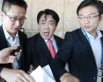 22日国际器官移植大会于香港湾仔会议展览中举行颁奖礼。中南大学湘雅三院副院长叶启发步出会场被追问活摘法轮功修炼者器官时失控暴怒。(余钢/大纪元)