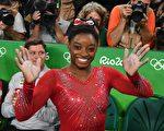 美国体操天才拜尔斯独揽四枚金牌,仿佛进入无敌状态。 (BEN STANSALL/AFP/Getty Images)