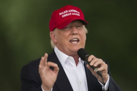 川普27日推出了一项具体的移民计划,承诺将驱逐非法移民罪犯;开发出入境追踪系统,确保签证到期时迅速离离境;设置全国电子查证系统,阻止非法移民获得福利及其它救济。(ANDREW CABALLERO/AFP/Getty Images)