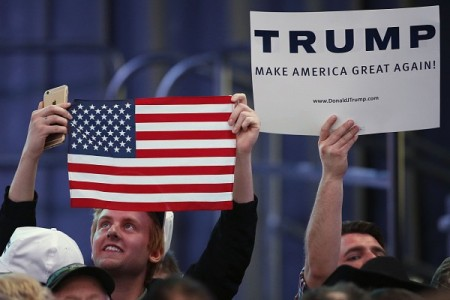 3月18日犹他州盐湖城,川普的支持者们正在等待他在竞选集会上发言。 (George Frey/Getty Images)