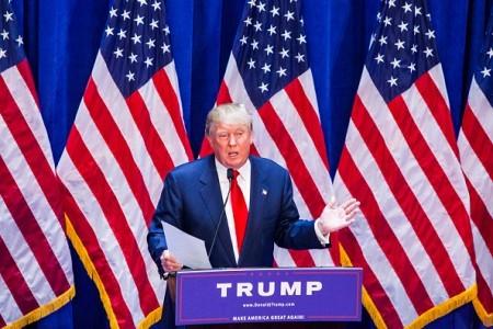 川普最近对移民立场有变,他放弃了遣返美国1100万非法移民的主张,不过仍表示,要将刑事罪犯遣返回国,而在处理其他移民居留纠纷上将不做改变。(Christopher Gregory/Getty Images)