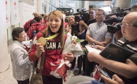 加拿大奥运健儿载誉归来,在机场受到热烈欢迎。图为韦博接受媒体采访。(加通社)
