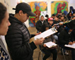 国土安全部部长凯利周日(23日)称,遣返非法移民将不会针对梦想者。图为一位年轻人正在填表申请达卡。 (John Moore/Getty Images)