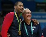 在美國男籃獲金牌後,紐約選手Carmelo Anthony與助理教練Jim Boeheim合影。 (Elsa/Getty Images)