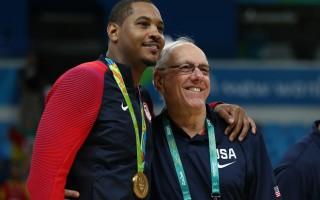 在美国男篮获金牌后,纽约选手Carmelo Anthony与助理教练Jim Boeheim合影。 (Elsa/Getty Images)