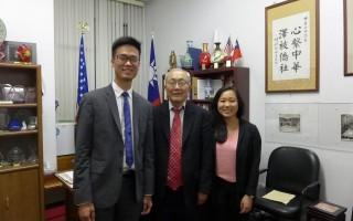 「華埠青年啟蒙計畫」的兩名協調人張家受(右一)和司徒浩然(左一)與中華公所主席蕭貴源合影。 (蔡溶/大紀元)