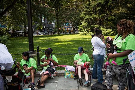 2014年,紐約的一些媽媽們在市政廳前集會,支持在公共場所給孩子喂奶,近年來,紐約市開始在公共場所建立喂奶室。