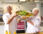 Masaki和Yukimi Momose向大家展示他們現場製作的沙拉。 (安心/大紀元)
