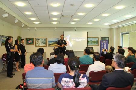 洛市警察局局長向大家解說安全的重要性。(台美警消之友協會提供)