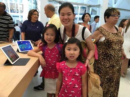 田小姐和两个可爱的女儿在苹果店里。