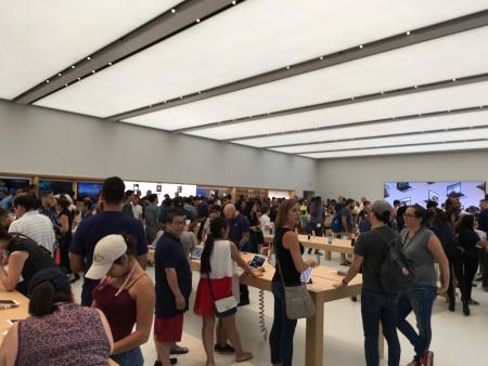 苹果店里人潮涌动。