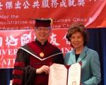 辅仁大学校长江汉声向赵小兰颁发公共服务成就奖。 (林丹/大纪元)
