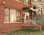 裝有這種亮閃閃不鏽鋼防盜門窗的基本都是華人的房子,讓周圍的鄰居格外關注。 (李凱文/大紀元)
