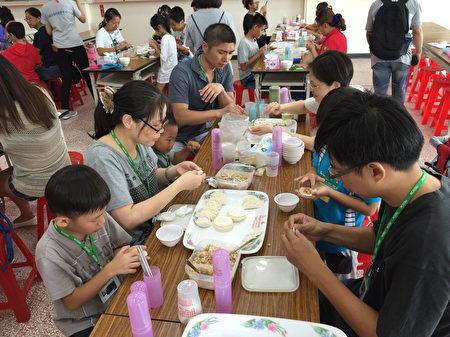 现场参与活动亲子档反应热烈,许多小孩是首次动手包水饺。(宜兰县政府提供)