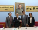 鄭勝振(右二)在鄭向元(左一)、前華策會副行政總監林小蓮(右一)陪同下,拜訪紐約中華公所,受到蕭貴源主席(左二)歡迎。 (蔡溶/大紀元)
