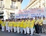 法国部分法轮功学员在中使馆前声援王治文。(金湖/大纪元)
