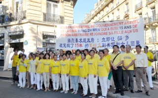 法國部份法輪功學員在中使館前聲援王治文。(金湖/大紀元)