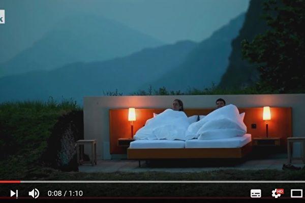 """位于瑞士阿尔卑斯山脉的""""零星""""旅馆,基本上只提供一张床,连屋顶和墙壁都没有。(视频撷图)"""