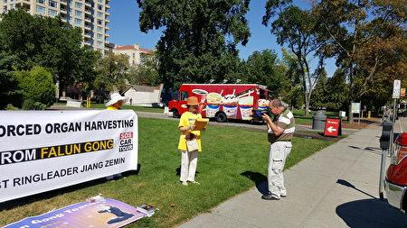 """图说:7月28日卑诗省""""汽车之旅""""来到旅游城市Penticton市府旁召开新闻会,并接受当地主要媒体采访。(大纪元图片)"""
