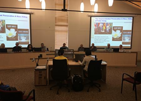 """图三、法轮功学员在Yellowhead县向县长和议员们介绍""""活摘""""真相(陈新宇/大纪元)。"""