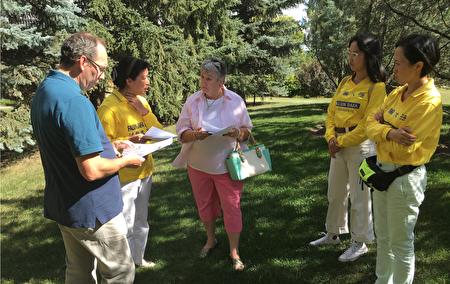图八、High Prairie市长Linda Cox 及议员聆听法轮功学员的真相介绍(陈新宇/大纪元)。