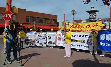 """法轮功学员在埃德蒙顿中国城举行新闻发布会,启动亚省""""汽车之旅""""。CBC电视台在现场采访(陈新宇/大纪元)。"""