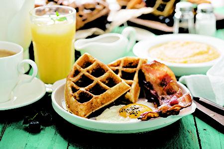 松饼早餐可以有多种搭配,是早点中的经典。(Shutterstock)