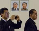 朝鲜驻伦敦外交官太勇浩(右)带着家人叛逃到韩国。 (JUSTIN TALLIS/AFP/Getty Images)