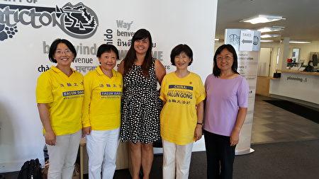 """图说:7月28日卑诗省""""汽车之旅""""拜访了Penticton市政府公关官员Tina Lee(居中),Lee了解法轮功受迫害情况后,主动表示要提供人权方面的援助。(大纪元图片)"""