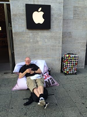 开卖前一周。果粉Bruhn Helge在柏林苹果店前安营扎寨。(Jenny/大纪元)