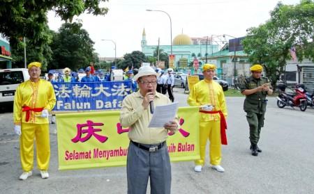 活動的主要負責人劉先生在遊行開始時,向民眾介紹法輪功。(明慧網)